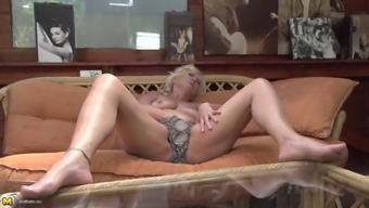 Old granny with hungry anal and pussy holes