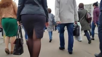 Big wide ass in black skirt