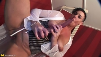 Thick mature broad in black leather boots gets fucked