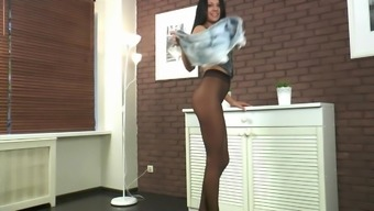 Brunette strepteas in pantyhose