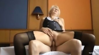 Deutscher Jungschwanz fickt blonde Oma