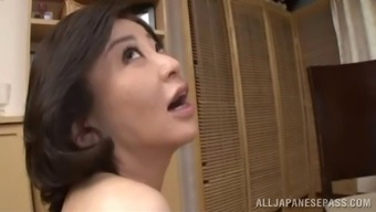 Moms need to cum too so this Asian MILF fingers her pussy