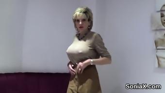 Unfaithful british mature lady sonia shows off her big titti