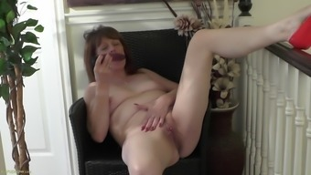 Mature bitch gets her twat all horny with her fingers