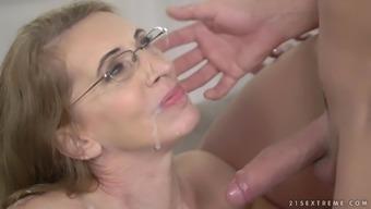 Psychiatrist Viol seduces her client and enjoys his stiff cock