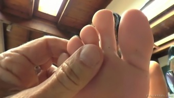 Lusty curvaceous sexpot Virgo Peridot has a really kinky foot fetish