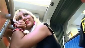 Düsseldorfer Metro macht heiße Blondine Blowjob in der Kutsche