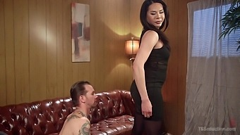Tranny Amanda Jade asks her friend to fuck him without mercy all day long