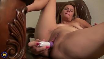 47YO American mom Indigo feeding her kitty