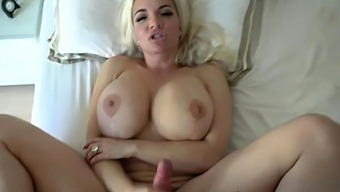 Mature big breasted queen Anna Nicole West