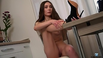 Closeup homemade video of skinny Mary Breeze masturbating